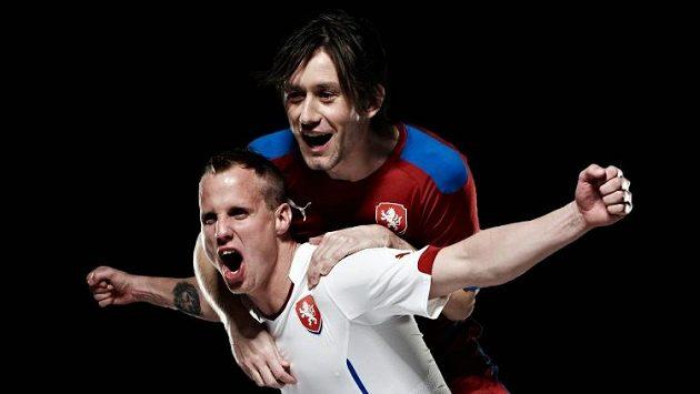 David Limberský v bílém a Tomáš Rosický v červeném představují nové dresy národního týmu.