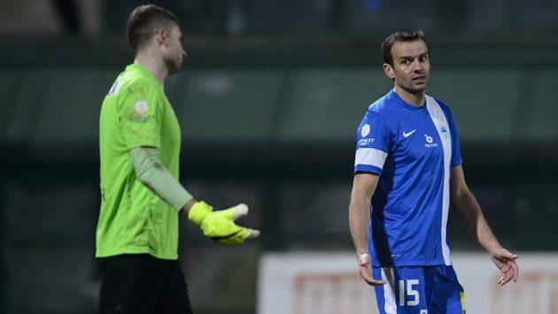 Erich Brabec (vpravo) z Liberce gestikuluje směrem k brankáři Ondřeji Kolářovi poté, co v utkání s Duklou vstřelil vlastní gól.