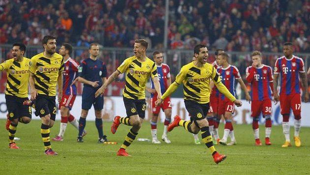 Fotbalisté Borussie Dortmund (vlevo) se radují. Postoupili přes Bayern Mnichov do finále Německého poháru.
