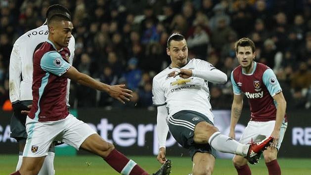 Útočník Zlatan Ibrahimovic (vpravo) střílí gól Manchesteru United do sítě West Hamu.