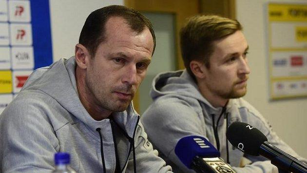Hlavní trenér Radoslav Látal (vlevo) a asistent kapitána David Houska na tiskové konferenci