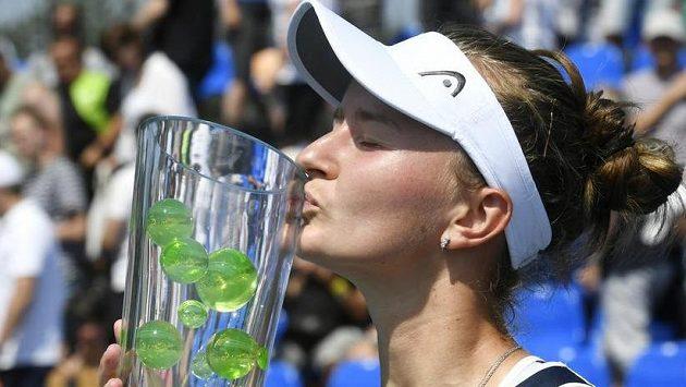 Barbora Krejčíková s pohárem po výhře nad Terezou Martincovou při Prague Open. Podle AP vyhraje i na olympiádě, a to ve čtyřhře.