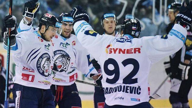 Autor prvního gólu Martin Bakoš (vlevo) se raduje se spoluhráči z Liberce.