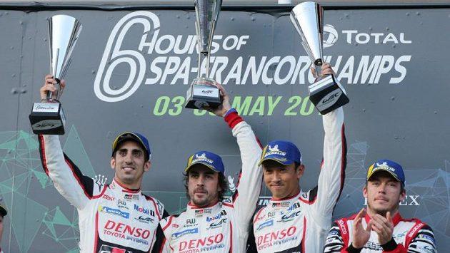 Fernando Alonso (druhý zleva) už zase ví, jak chutná vítězství...