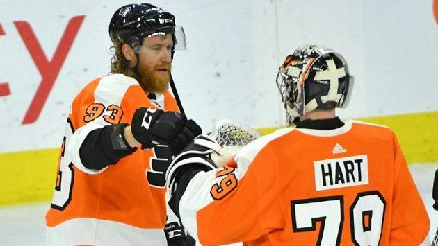 Útočník Philadelphie Jakub Voráček s brankářem Flyers Carterem Hartem.