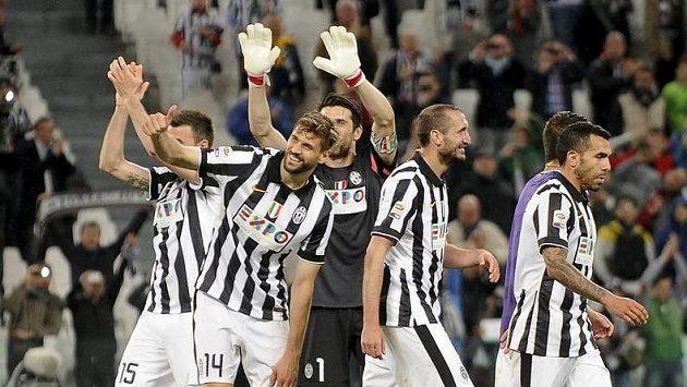 Hráči Juventusu Andrea Barzagli (zleva), Fernando Llorente, Gianluigi Buffon, Giorgio Chiellini a Carlos Tevez slaví po výhře nad Fiorentinou.