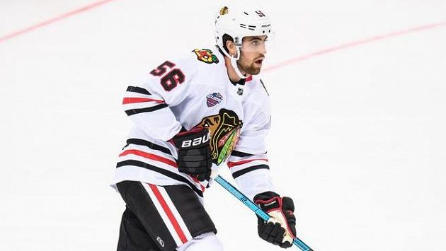 Erik Gustafsson ještě v dresu z Chicaga během utkání NHL proti Philadelphii v říjnu loňského roku v Praze.