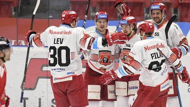 Hráči Hradce Králové se radují z jednoho z gólů na ledě Olomouce.
