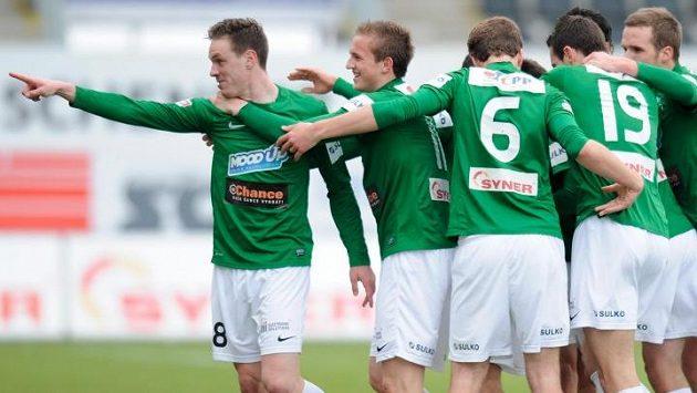 Autor prvního gólu Ondřej Vaněk (vlevo) z Jablonce se raduje se spoluhráči.