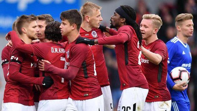 Fotbalisté Sparty oslavují Karlssonův gól proti Baníku.