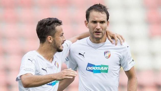 Fotbalisté Viktorie Plzeň Jakub Hromada (vlevo) a Marek Bakoš oslavují vedoucí gól v Příbrami.