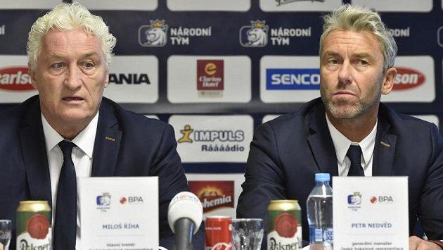 Zleva trenér české hokejové reprezentace Miloš Říha a generální manažer národního týmu Petr Nedvěd.