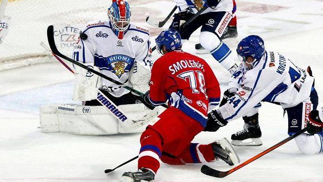 Akci Radka Smoleňáka finský brankář Juha Metsola zlikvidoval, ve druhé třetině ho však kapitán českého výběru překonal.