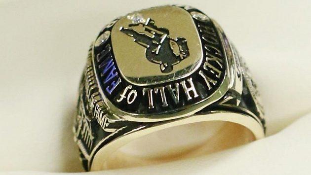 Vítěz Stanley Cupu z roku 1953 Dick Gamble získá zpět svůj původní prsten člena Síně slávy.