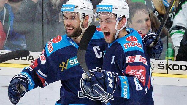 Radost hráčů Chomutova, zleva autor třetího gólu Michal Vondrka a Jan Rutta.