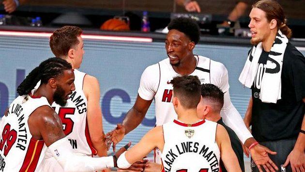 Hráči Miami se radují. Odvrátili první mečbol Lakers.