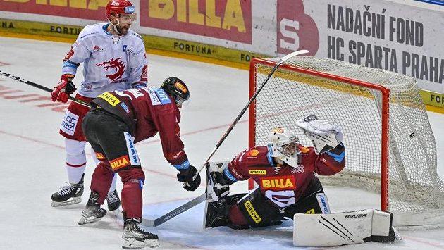 Brankář Jakub Neužil ze Sparty inkasuje gól. Přihlížejí Tomáš Dvořák ze Sparty (uprostřed) a Tomáš Marcinko z Třince.