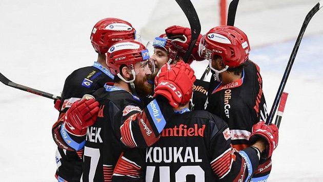 Střelec gólu Filip Hronek (druhý zleva) z Hradce Králové oslavuje se spoluhráči.