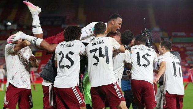 Fotbalisté Arsenalu se radují z postupu přes Liverpool.
