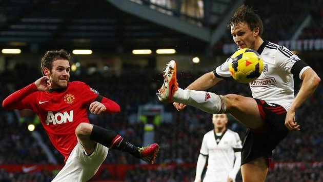 Juan Mata (vlevo) z Manchesteru United a William Kvist z Fulhamu.