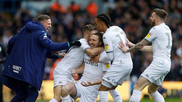 Fotbalisté Leedsu United se radují z gólu v utkání druhé anglické ligy.