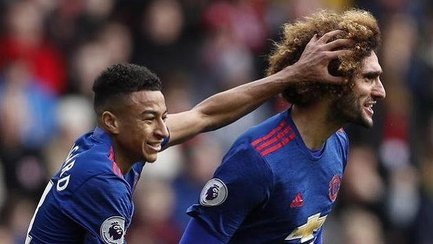 Zleva Jesse Lingard a Marouane Fellaini, úspěšní střelci Manchesteru United.