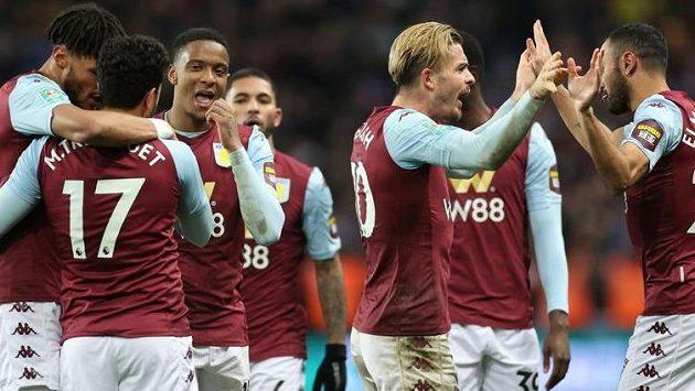 Fotbalisté Aston Villy se radují z branky