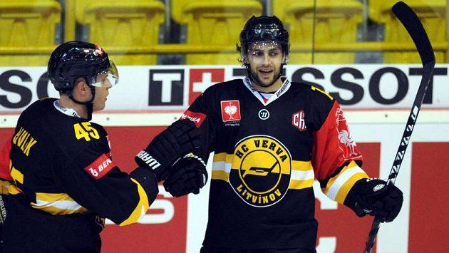 Litvínovský útočník Robin Hanzl (vpravo) se raduje z druhého gólu v síti Frölundy. Vlevo obránce Filip Pavlík.
