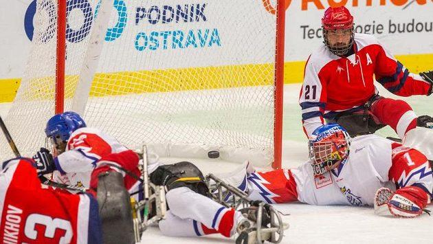 Zleva Konstantin Šichov z Ruska, brankář Martin Kudela z České republiky a Jevgenij Petrov z Ruska.