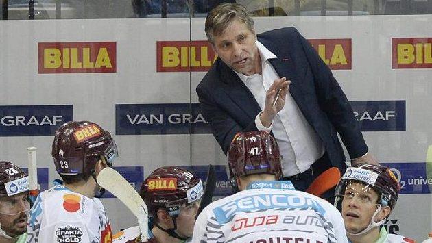 Trenér Sparty Josef Jandač udílí pokyny svým svěřencům.