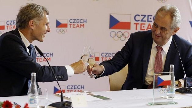 Na snímku vlevo předseda Českého olympijského výboru Jiří kejval a prezident Miloš Zeman.