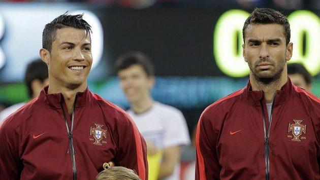 Rekonvalescent Cristiano Ronaldo (vlevo) se usmívá před výkopem přípravného duelu proti Irsku, které Portugalci vyhráli jednoznačně 5:1.