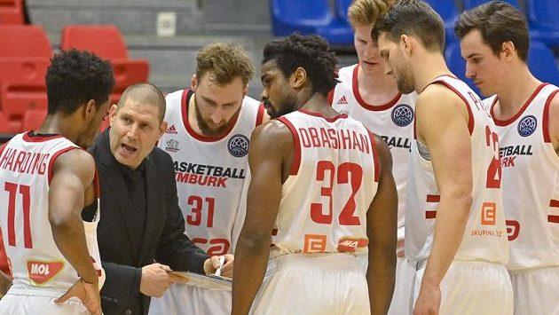 Trenér Nymburka Oren Amiel udílí pokyny hráčům v závěru utkání.