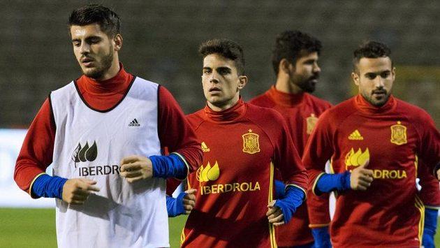 Španělští fotbalisté na pondělním tréninku na stadiónu v Bruselu. Zápas se však nakonec hrát nebude.