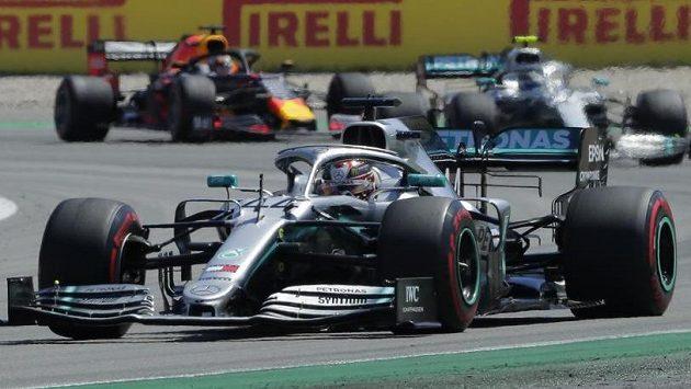 Mercedes pilotovaný Lewisem Hamiltonem v čele Velké ceny F1 v Barceloně, pronásleduje jej Valtteri Bottas.