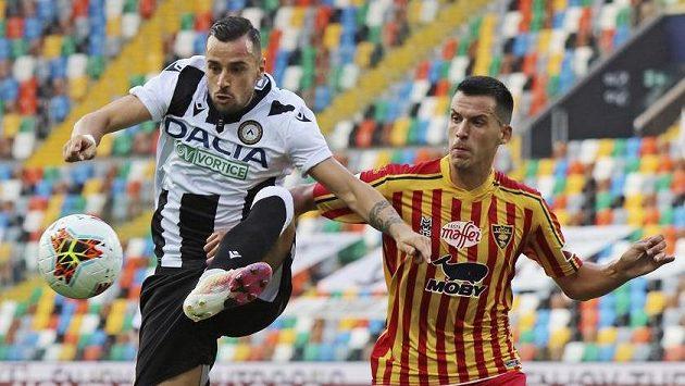 Nehuén Paz (vpravo) z Lecce a Ilija Nestorovski z Udine.