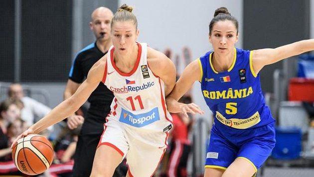 Česká basketbalistka Kateřina Elhotová a Romina Filipová z Rumunska. Ilustrační foto.