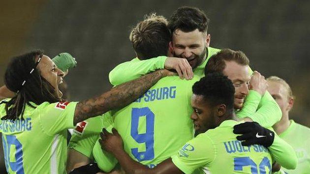 Fotbalisté Wolfsburgu se radují z branky