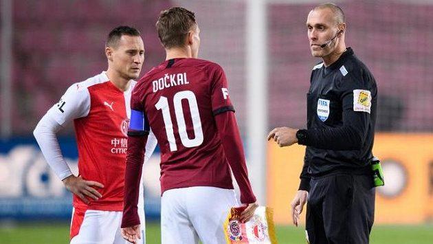 Kapitán Slavie Praha Jan Bořil, kapitán Sparty Bořek Dočkal a rozhodčí Miroslav Zelinka před derby.