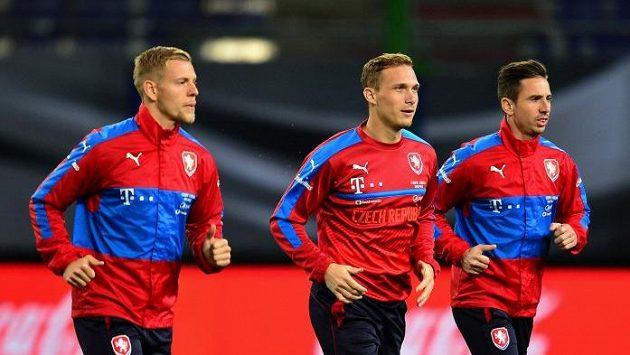 Zleva Matěj Vydra, Lukáš Droppa a Milan Petržela na předzápasovém tréninku v Hamburku.