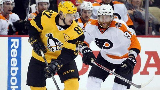 Hvězda Pittsburghu Sidney Crosby (vlevo) a Jakub Voráček z Philadelphie. K podobnému souboji v Pchjongčchangu nedojde.