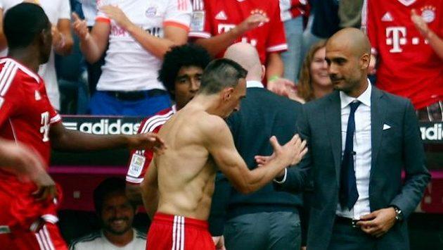 Trenér Pep Guardiola gratuluje Francku Riberymu ke gólu proti Norimberku.