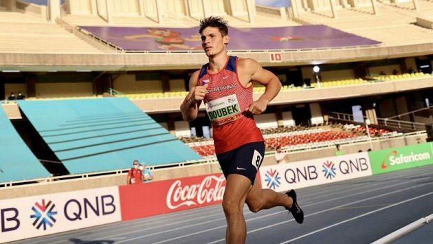 Desetibojař František Doubek si běží pro juniorské světové zlato.