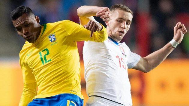 Alex Sandro z Brazílie a Tomáš Souček během přátelského utkání v Praze.