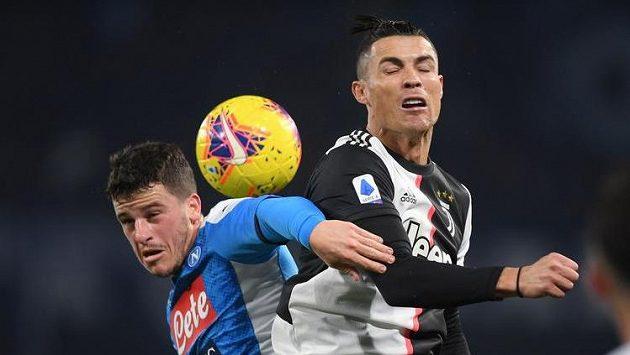 Cristiano Ronaldo (vpravo) z Juventusu a neapolský Diego Demme.