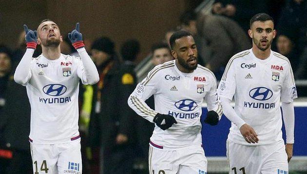 Lyonský Sergi Darder (vlevo) jásá po gólu proti Paris SG. Na snímku dále jsou Alexandre Lacazette (uprostřed) a Rašíd Ghezzal.