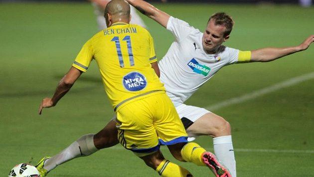 Izraelský útočník Tal Ben Haim z Maccabi Tel Aviv v souboji s plzeňským kapitánem Davidem Limberským.