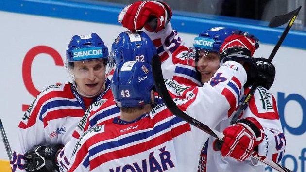 Vojtěch Mozík (vpravo) se raduje se spoluhráči z gólu proti Kanadě.