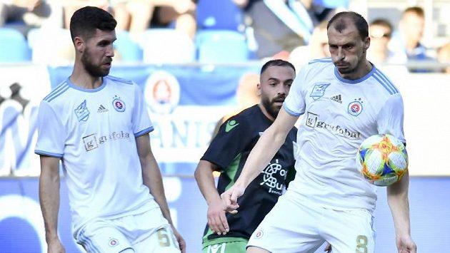 Fotbalisté Slovanu (v bílém) jsou pod palbou kritiky fanoušků.