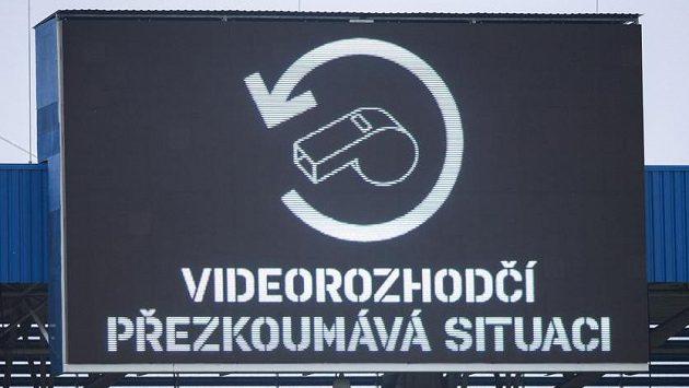 """Světelná tabule s nápisem """"Videorozhodčí přezkoumává situaci"""" během utkání Plzeň - Sparta. Video je však v české lize nadále jen výjimkou."""